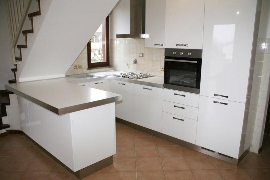 Cucina moderna sottoscala alt cuc001 mobili su misura a firenze lapi arredamenti - Cucine lube firenze ...