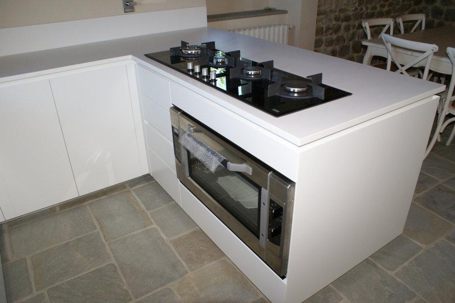 Cucina moderna con piano in Corian (TM-CUC001) - Mobili su misura a ...