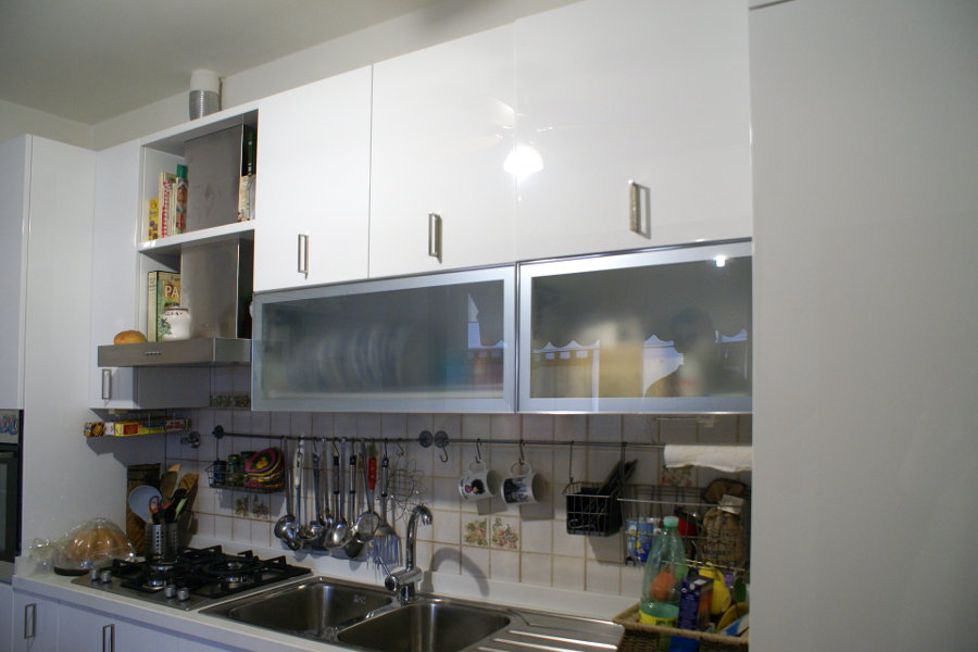 Cucina moderna con due colonne (ALT-CUC003)