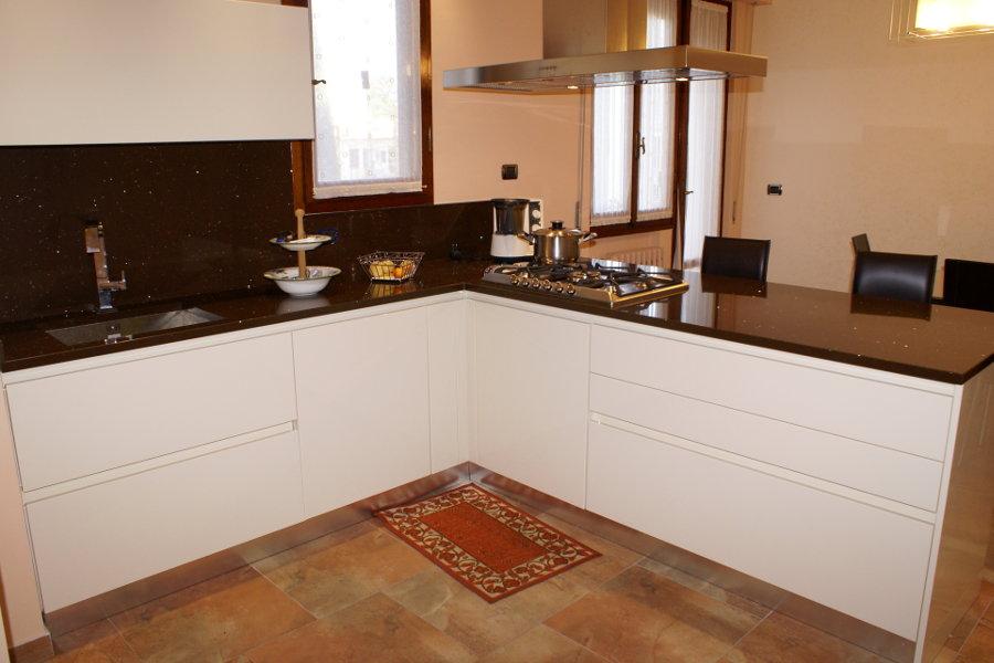 Cucina moderna laccata lucida alt cuc002 mobili su for Cucina moderna laccata lucida