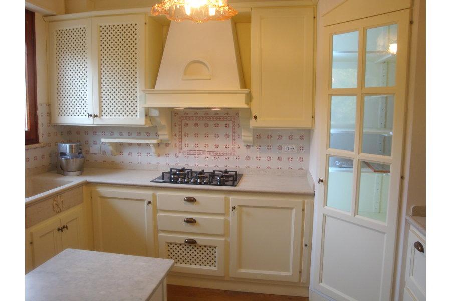 Cucina classica in legno massello pp cc011 mobili su for Lapi arredamenti