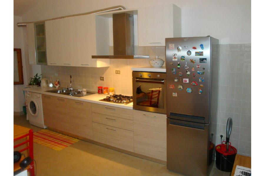 Cucina moderna in laminato effetto legno gc cuc008 - Cucina laminato effetto legno ...