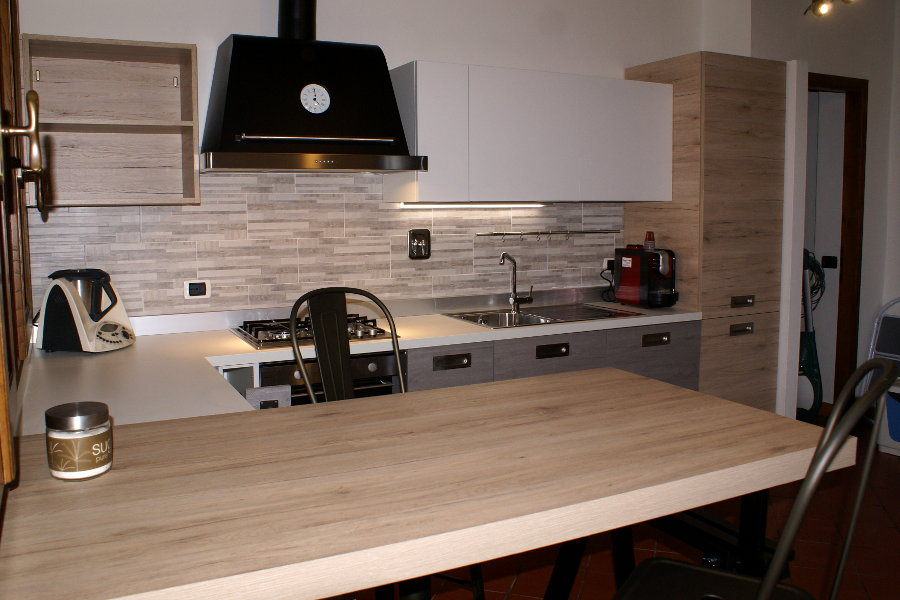 Cucina Moderna In Laminato Rovere (GC-CUC012) - La Cucina Vista Dal Bancone Penisola