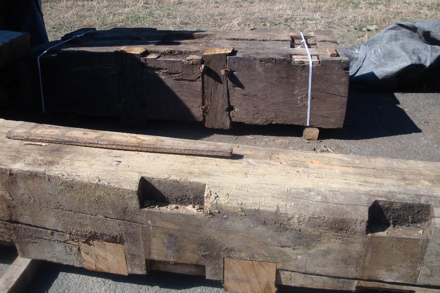 Legno vecchio: tronchi, travi e tavole utilizzati per i nostri ...