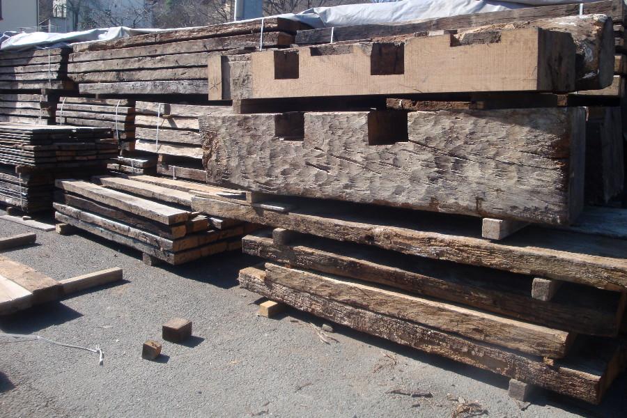 Legno vecchio tronchi travi e tavole utilizzati per i - Mobili legno vecchio ...