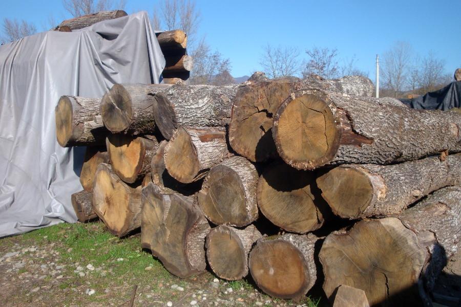Legno vecchio tronchi travi e tavole utilizzati per i - Vendita tavole di legno ...