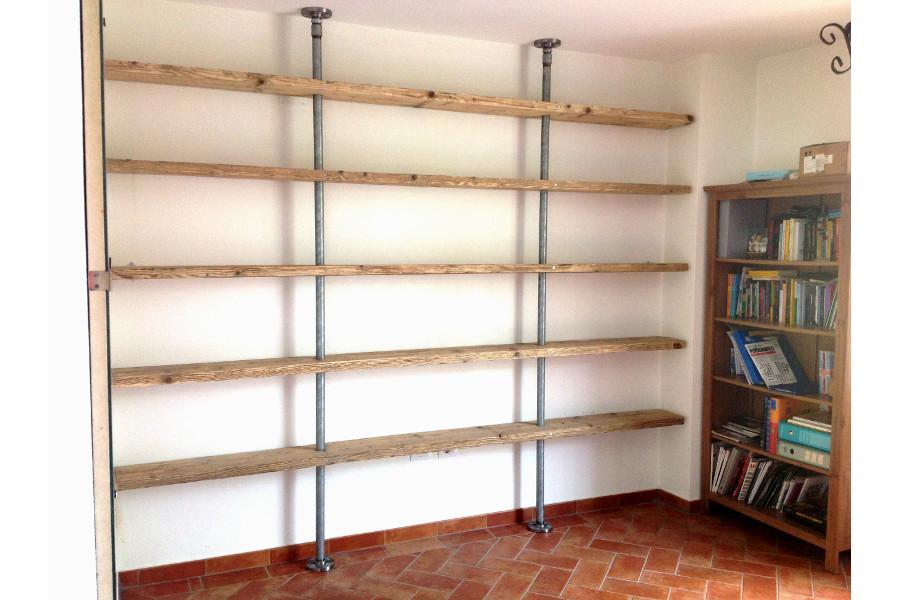 Libreria in legno di recupero e tubi in acciaio xt lib008 for Tubi idraulici arredamento