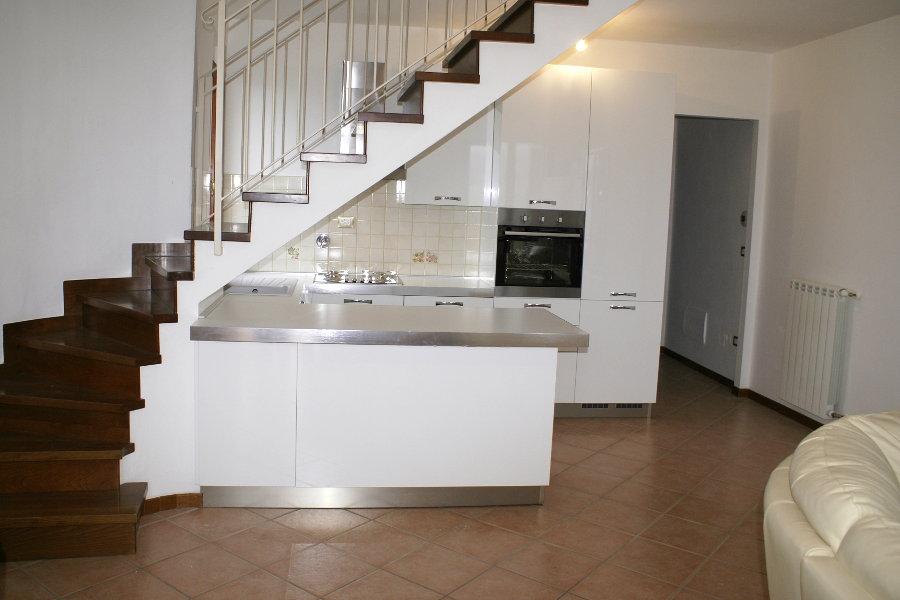 Cucina moderna sottoscala alt cuc001 mobili su misura for Casa mobile moderna