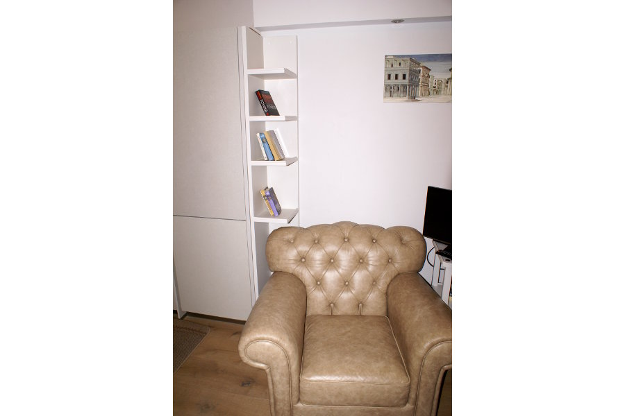 Libreria A Terra Per Soggiorno (PP-LIB002) - Dettaglio Con Divano Collocato All'interno Della Libreria