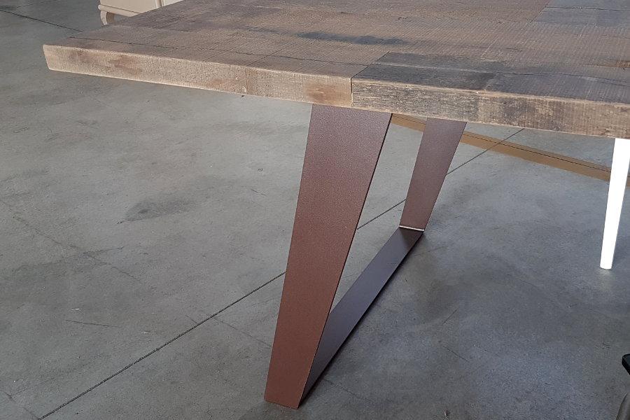 Tavolo Moderno Con Piano In Ontano (ZV-TAV001) - Particolare Della Gamba In Ferro